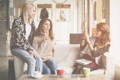 Trois meilleurs amis dans un café Jeune fille faisant l'auto-photo de Photos libres de droits