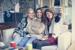Trois meilleurs amis dans un café Jeunes femmes faisant l'auto-photo Image libre de droits