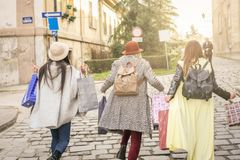 Trois meilleurs amis marchant sur la rue photos libres de droits