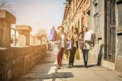 Trois meilleurs amis marchant sur la rue Image libre de droits
