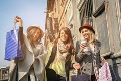 Trois meilleurs amis marchant sur la rue Photo stock