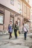 Trois meilleurs amis marchant sur la rue Trois meilleurs amis au sujet de Photographie stock