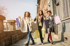 Trois meilleurs amis marchant sur la rue Jeune meilleur fri femelle Photos libres de droits