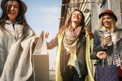 Trois meilleurs amis marchant sur la rue Jeune meilleur fri femelle Photographie stock