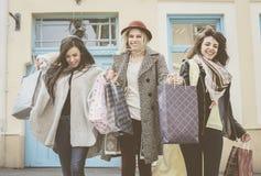 Trois meilleurs amis marchant sur la rue Jeune meilleur fri femelle Images stock