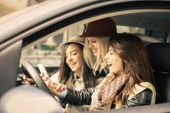 Trois meilleurs amis montant dans la voiture Photo libre de droits