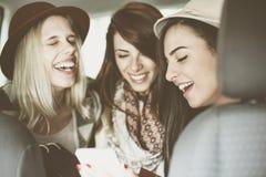 Trois meilleurs amis montant dans la voiture Image stock
