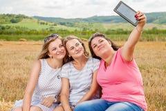 Trois meilleurs amis prenant un selfie Image stock