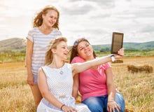 Trois meilleurs amis prenant un selfie Images stock
