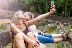 Trois meilleurs amis prenant un selfie Image libre de droits