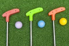 Trois Mini Golf Clubs With Balls image libre de droits