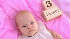 Trois mois de bébé dans le berceau rose banque de vidéos