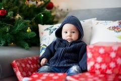 Trois mois heureux de bébé garçon, jouant à la maison sur un a coloré Image libre de droits