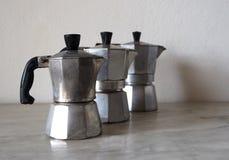 Trois moka, le fabricant de café italien traditionnel, de différentes tailles Photographie stock