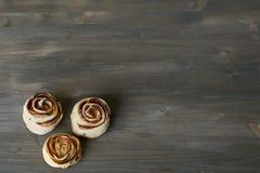 Trois morceaux délicieux et rose cuite au four par bonbon ont formé la pâtisserie avec de la garniture d'aux pommes sur la moquer Image stock