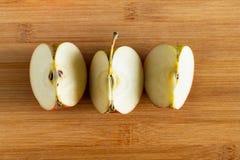 Trois morceaux d'Apple sur le fond en bois Vue sup?rieure photographie stock libre de droits