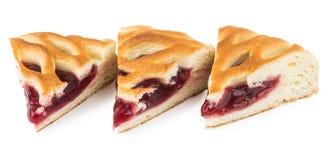 Trois morceaux de tarte aux cerises sur le blanc Images stock