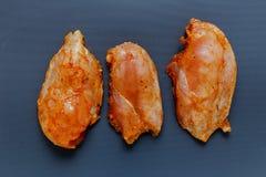 Trois morceaux marinés de filet de poulet images libres de droits