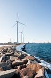 Trois moulins à vent s'approchent du lac figé Image stock