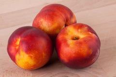 Trois nectarines juteuses mûres fraîches savoureuses Images libres de droits