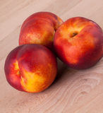 Trois nectarines juteuses mûres fraîches savoureuses Image libre de droits