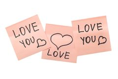 Trois notes collantes roses avec des coeurs Photo stock