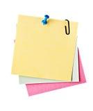 Trois notes de rappel avec la broche Photo stock