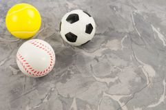Trois nouvelles boules en caoutchouc molles du football et de tennis et de base-ball sous la forme de triangle photos libres de droits
