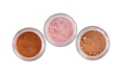 Trois nuances de poudre de maquillage sur le blanc Image stock