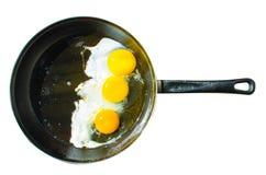 Trois oeufs au plat dans la poêle Image stock