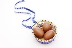 Trois oeufs de chocolat avec la bande contrôlée Image stock