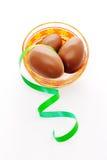 Trois oeufs de chocolat avec la bande verte Image libre de droits