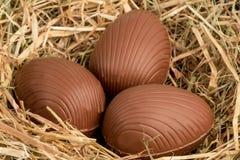 Oeufs de pâques de chocolat en paille Photo libre de droits