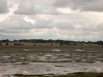 Trois ont amarré les bateaux blancs dans le manningtree de marée d'estuaire  Image libre de droits