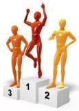 Trois ont coloré des chiffres, hommes se tenant sur encourager de podium de gagnants, réagissant à leur endroit Images stock