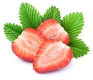 Trois ont coupé en tranches des fraises avec des feuilles d'isolement Photos stock
