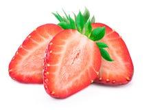 Trois ont coupé en tranches des fraises avec des feuilles d'isolement Images stock