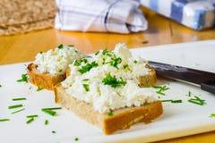 Trois ont coupé en tranches le pain avec le formage et la ciboulette caillée, le knofe et la serviette Photo libre de droits