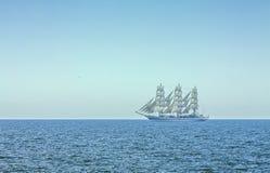 Trois ont mâté le bateau grand dans de pleines voiles Image libre de droits