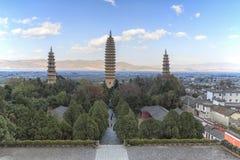 Trois pagodas de temple de Chongsheng près de Dali Old Town, province de Yunnan, Chine Photographie stock