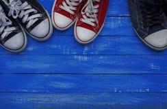 Trois paires d'espadrilles de différentes tailles Photo libre de droits