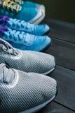Trois paires d'espadrilles de sport dans une rangée Photos stock