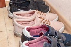 Trois paires de chaussures de sport - bottes, espadrilles, chaussures de course dans le couloir photo stock