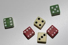 Trois paires de couleur de cubes ont roulé dans le totalview et la vue de face image libre de droits