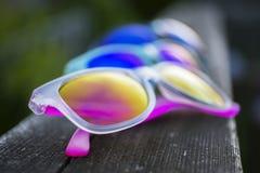 Trois paires de lunettes de soleil vibrantes dans des couleurs multiples images stock