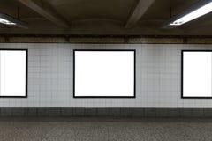 Trois panneaux d'affichage vides blancs dans le tunnel Images libres de droits