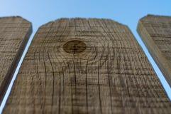 Trois panneaux de barrière en bois avec le fond de ciel bleu images libres de droits