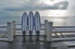 Trois 3 panneaux de ressac affrontant la mer Photographie stock