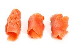 Trois parties de saumons fumés sur le blanc Photographie stock