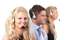 Trois personnes à un centre d'appel image libre de droits